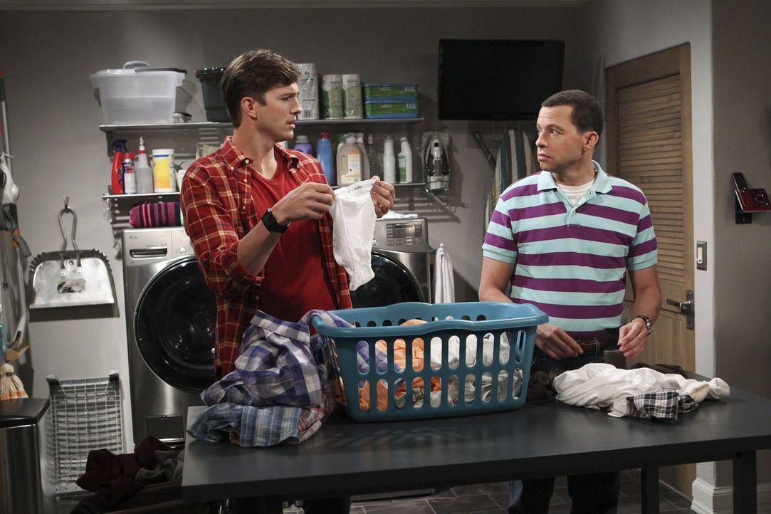 Als Berta sich eine Rückenverletzung zuzieht, müssen sich Alan (Jon Cryer, r.) und Walden (Ashton Kutcher, l.) selbst um die Wäsche kümmern. Doch ka... - Bildquelle: Warner Brothers