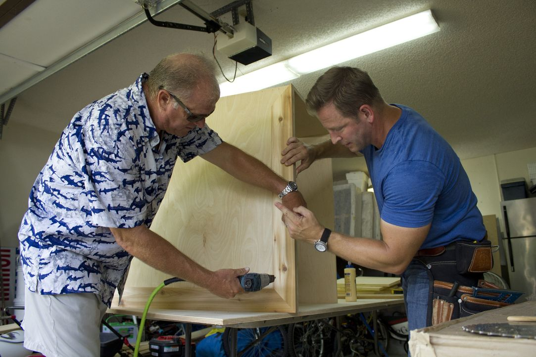 Ein neues Projekt für Jason Cameron (r.) und sein Man Cave-Team: Der alleinerziehender Vater Billy Neeman (l.), auch genannt Captain Nemo, braucht e... - Bildquelle: 2013, DIY Network/Scripps Networks, LLC.  All rights Reserved.