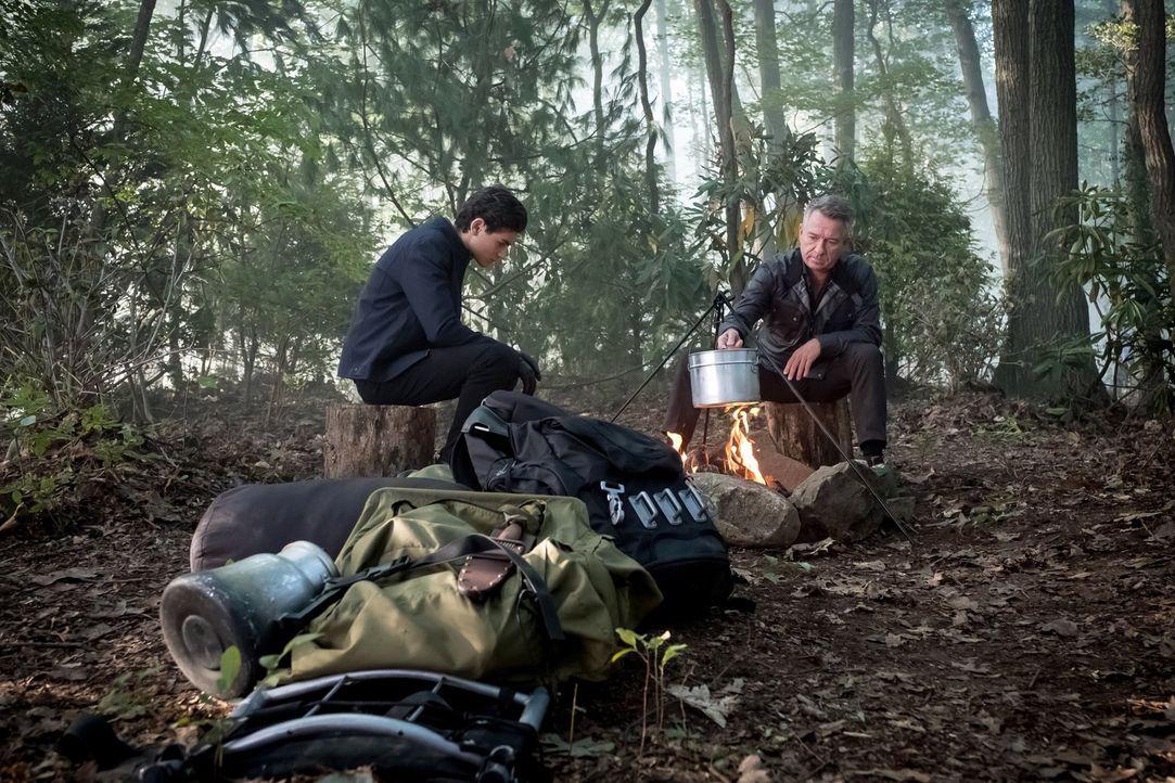 Um Bruce (David Mazouz, l.) von seinem neusten Feier-Trip abzubringen, organisiert Alfred (Sean Pertwee, r.) kurzerhand einen Campingausflug. Doch d... - Bildquelle: 2017 Warner Bros.