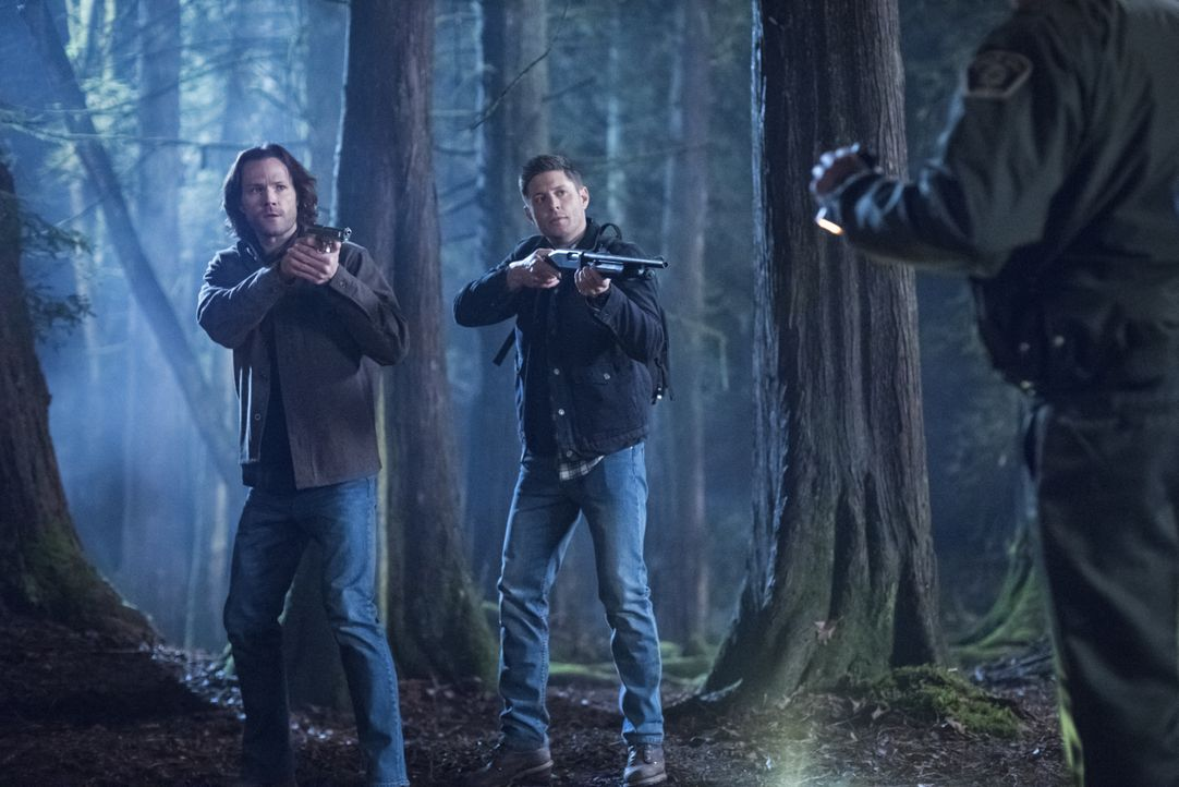 Sam Winchester (Jared Padalecki, l.); Dean Winchester (Jensen Ackles, r.) - Bildquelle: Dean Buscher 2018 The CW Network, LLC All Rights Reserved / Dean Buscher