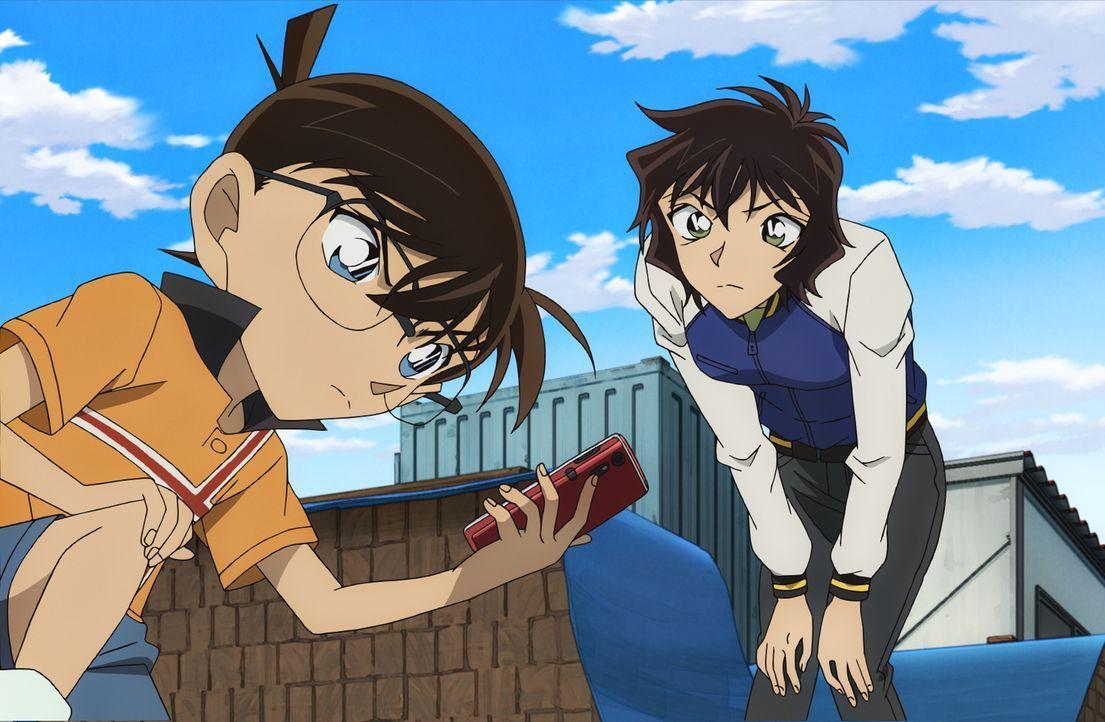 Gemeinsam mit Masumi (r.) macht sich Conan (l.) daran, den mysteriösen Schützen zu finden. Doch schon bald gibt es noch weitere Opfer ... - Bildquelle: GOSHO AOYAMA / DETECTIVE CONAN COMMITTEE