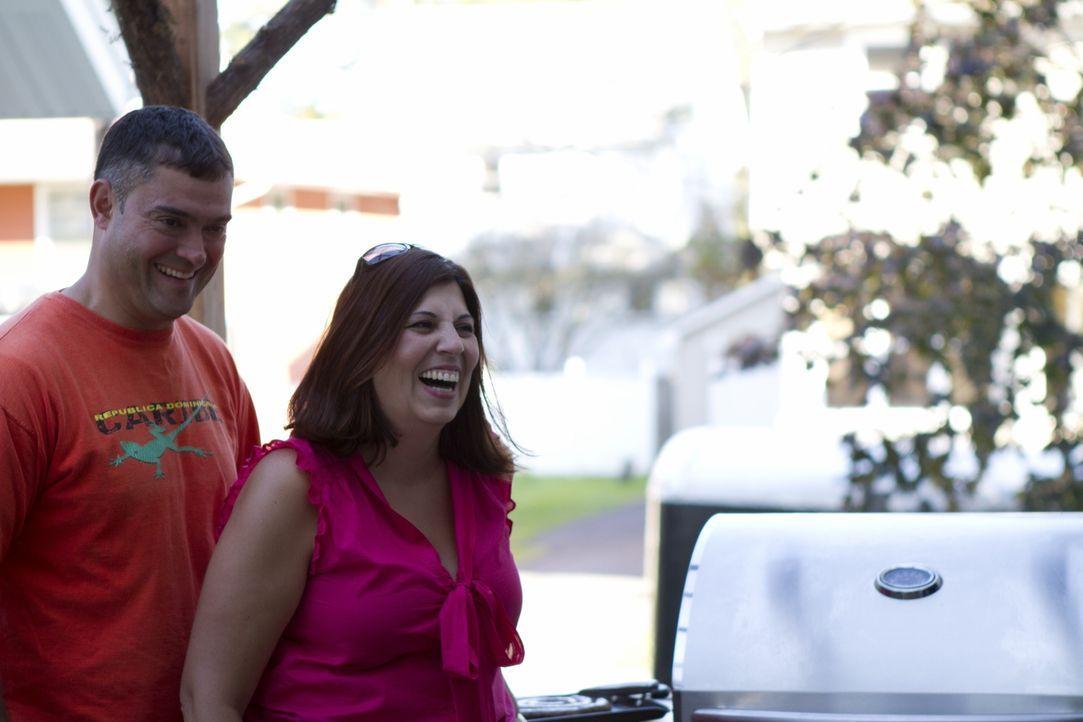 Carlos Bastos (l.) und seine Frau (r.) können nicht glauben, was aus ihrem langweiligen Hinterhof gezaubert wurde ... - Bildquelle: 2011, DIY Network/Scripps Networks, LLC.  All Rights Reserved.