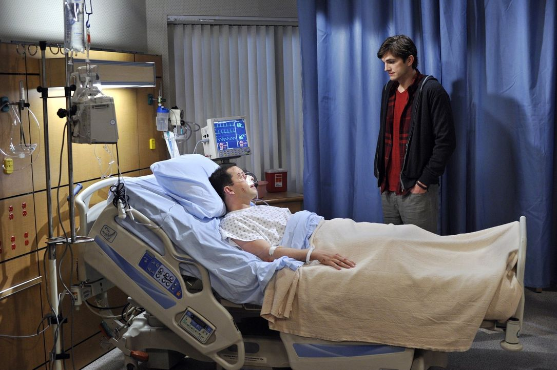 Alan (Jon Cryer, l.) hat mit Walden (Ashton Kutcher, r.) verabredet, dass er Zoey rauswirft, damit er wieder bei ihm wohnen kann. Als Alan eintrifft... - Bildquelle: Warner Brothers Entertainment Inc.