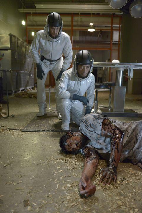 Daniel Aerov (Meegwun Fairbrother, l.) und Dr. Hiroshi Hatake (Hiroyuki Sanada, M.) machen eine Entdeckung, die ihnen unliebsame Gäste einbringt ... - Bildquelle: 2014 Sony Pictures Television Inc. All Rights Reserved.