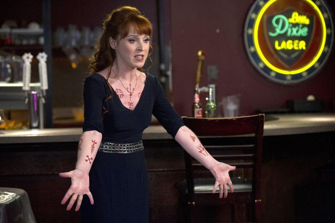 Rowena (Ruth Connell) ist geschockt, als ihre Kräfte bei Dean auf ungeahnte Gegenwehr stoßen. Was wird sie als nächstes tun? - Bildquelle: 2016 Warner Brothers