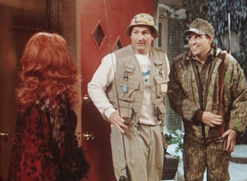 Al (Ed O'Neill, M.) und Jefferson (Ted McGinley, r.) wagen es nicht, Peggy (Katey Sagal, l.) den wahren Grund für ihren Ausflug zu verraten. - Bildquelle: Sony Pictures Television International. All Rights Reserved.