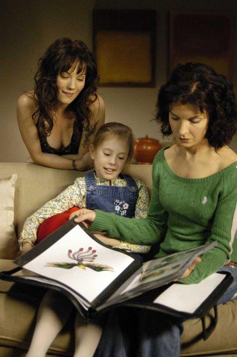 Diana (Jacqueline McKenzie, r.) und Maia (Conchita Campbell, M.) sehen sich gespannt den Katalog von Aprils (Natasha Gregson Wagner, l.) Tätowierung... - Bildquelle: Viacom Productions Inc.