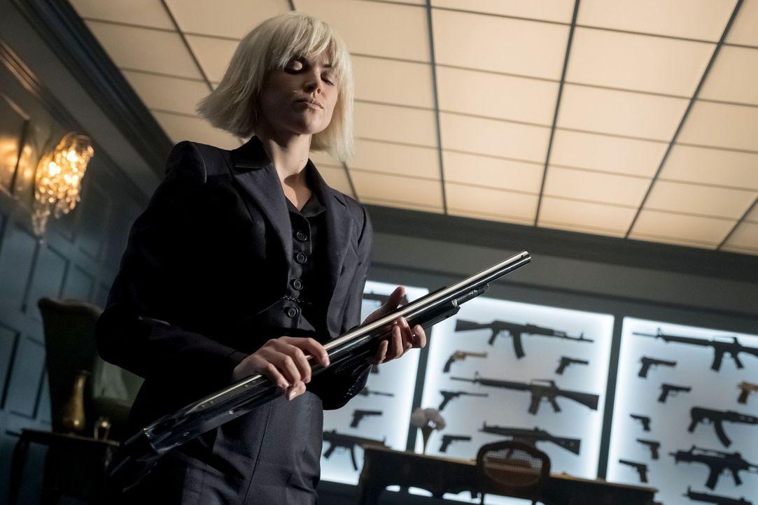 Barbara (Erin Richards) möchte unbedingt in den Besitz eines besonderen Messers kommen, doch Pinguin macht es ihr nicht gerade einfach ... - Bildquelle: 2017 Warner Bros.