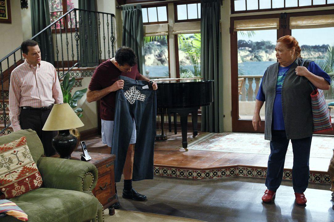 Während Alan (Jon Cryer, l.) sich Sorgen darüber macht, dass bei Jake zwei Mädchen übernachtet haben, hat Berta (Conchata Ferrell, r.) eine ganz bes... - Bildquelle: Warner Bros. Television