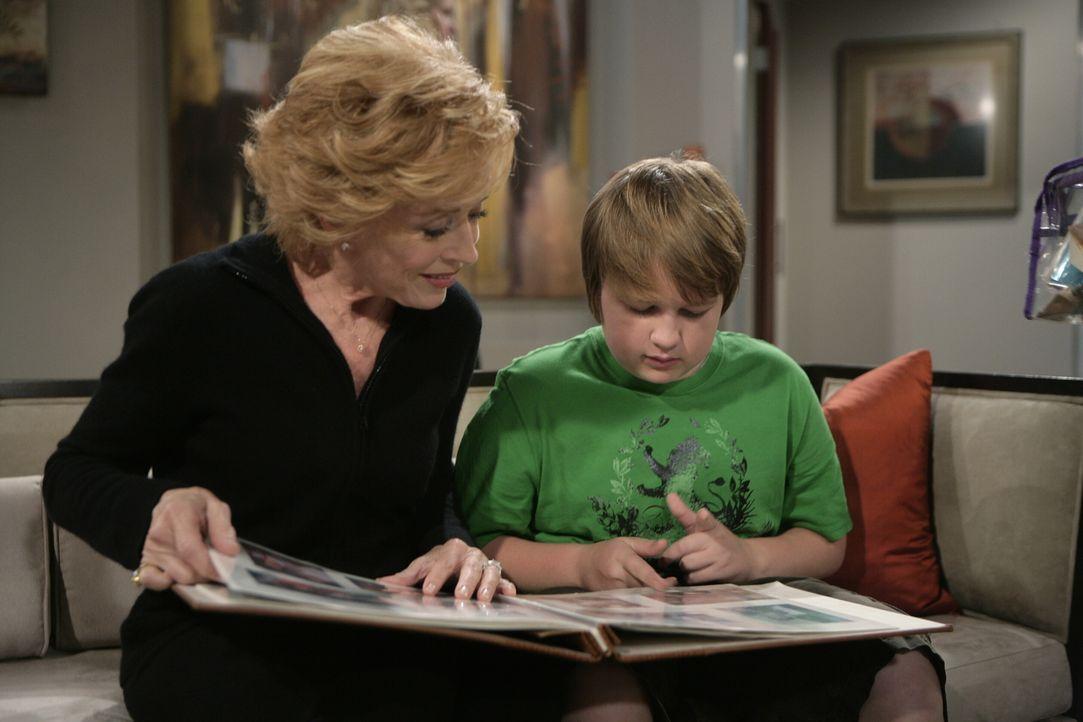 Da die Brüder im Streit liegen, zieht Alan mit seinem Sohn Jake (Angus T. Jones, r.) zu seiner Mutter Evelyn (Holland Taylor, l.). Doch wird das Zus... - Bildquelle: Warner Brothers Entertainment Inc.
