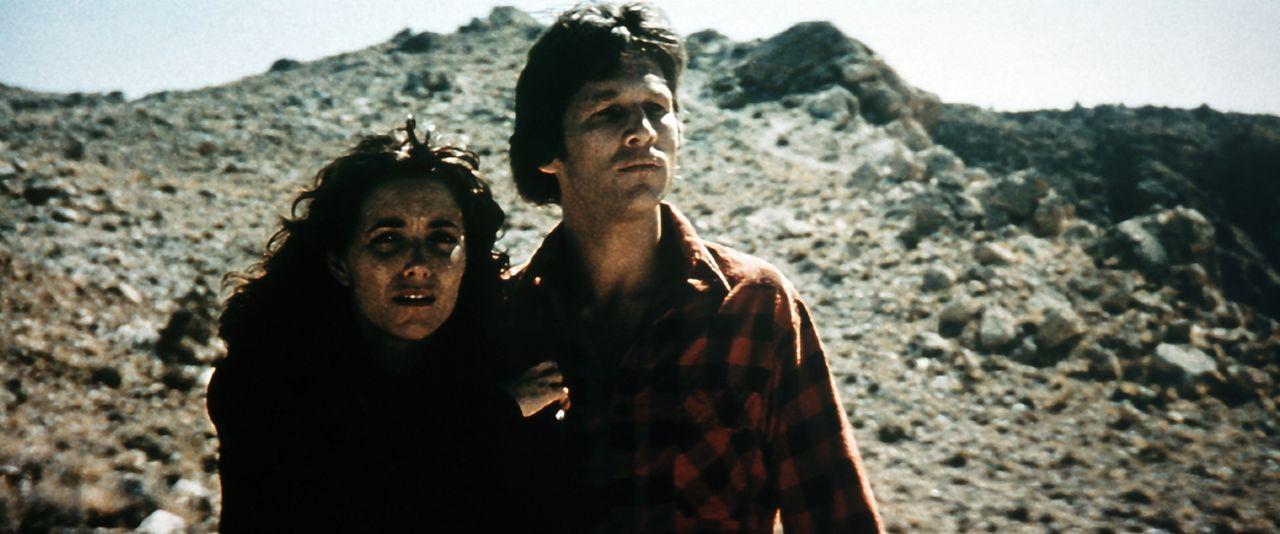 Nach gefährlichen Abenteuern gelangen Starman (Jeff Bridges, r.) und Jenny (Karen Allen, l.) schließlich an ihr Ziel - ein riesiger Krater, in dem d... - Bildquelle: Columbia Pictures