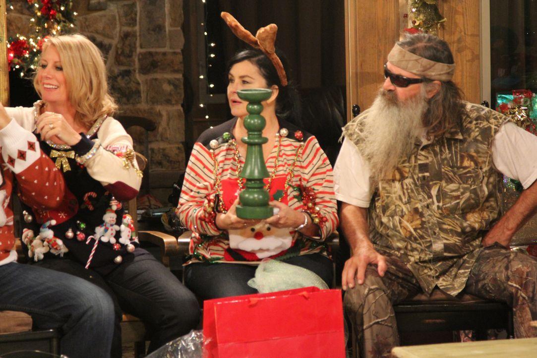 Jedes Jahr aufs Neue hat sie den allergrößten Spaß an ihren nicht immer sinnvollen Geschenke für ihre Familie (Lisa Robertson, l. und Phil Robertson... - Bildquelle: 2013 A+E Networks