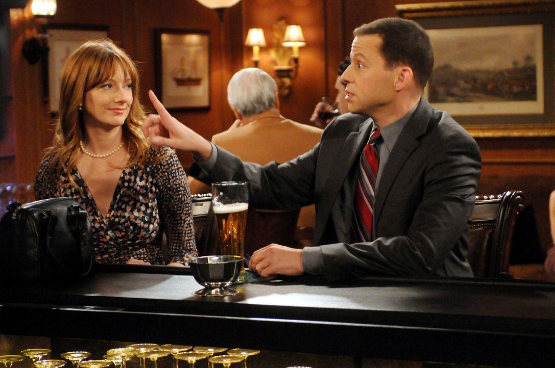 Was ist mit Waldens Ex-Frau Bridget (Judy Greer, l.) und Alan (Jon Cryer, r.) los? - Bildquelle: Warner Bros. Television