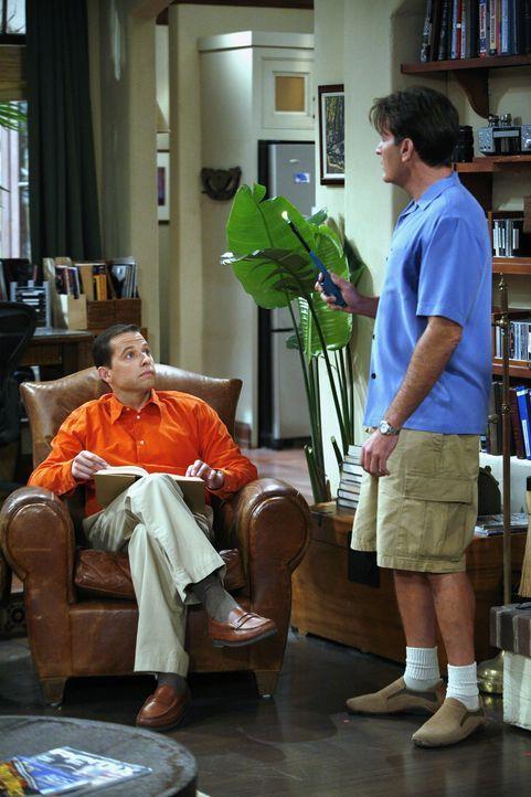 Als Alan (Jon Cryer, l.) das geliehene Geld von Charlie (Charlie Sheen, r.) nicht zurückbekommt, sieht er sich gezwungen, ihm Sprit aus dem Tank abz... - Bildquelle: Warner Brothers Entertainment Inc.