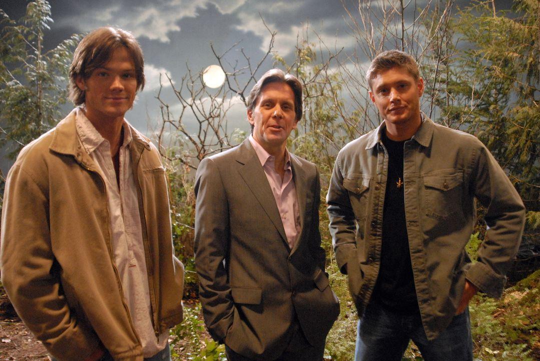 Während der Dreharbeiten geschehen merkwürdige Dinge. Sam (Jared Padalecki, l.) und Dean (Jensen Ackles, r.) erhoffen sich von Brad (Gary Cole, M.)... - Bildquelle: Warner Bros. Television