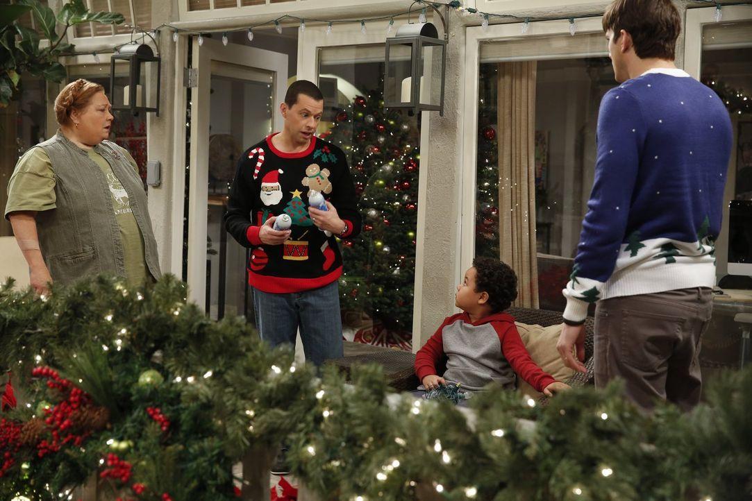 Da Louis (Edan Alexander, 2.v.r.) nicht an den Weihnachtsmann glaubt, wollen Walden (Ashton Kutcher, r.) und Alan (Jon Cryer, 2.v.l.) ihn davon über... - Bildquelle: Warner Brothers Entertainment Inc.