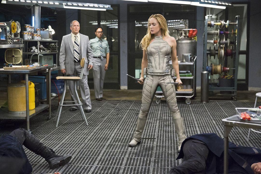 Um zu verhindern, dass Savage die innovative Technologie von Rays Anzug nutzen kann, stattet Sara alias White Canary (Caity Lotz, r.) seinem Labor e... - Bildquelle: 2015 Warner Bros.