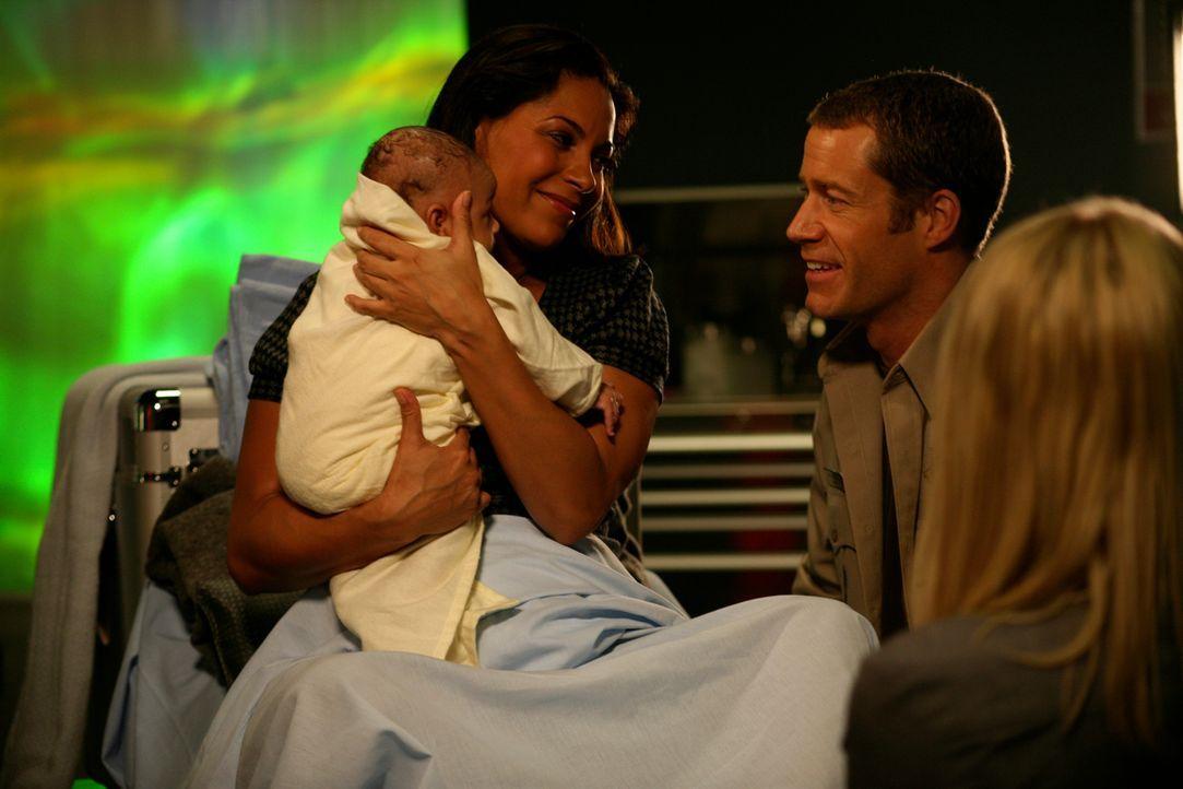 Mit Hilfe von Carter (Colin Ferguson, M.) und Zoe (Jordan Hinsen, r.) hat Allison (Salli Richardson-Whitfield, l.) ihr Baby bekommen ... - Bildquelle: Universal Television