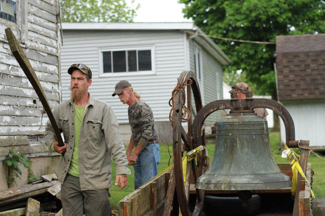 Graham Ferguson (l.) und seine Kumpel reisen nach Carlisle in Kentucky und sollen aus Jahrzehnte altem Glas und vielen kleinen und sehr unterschiedl... - Bildquelle: 2015, DIY Network/Scripps Networks, LLC. All Rights Reserved.