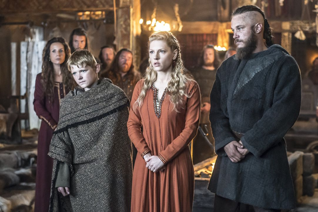 Das plötzliche Auftauchen von Prinzessin Aslaug in Kattegat, sorgt bei Ragnar (Travis Fimmel, vorne r.), Lagertha (Katheryn Winnick, vorne M.), Björ... - Bildquelle: Bernard Walsh 2013 TM TELEVISION PRODUCTIONS LIMITED/T5 VIKINGS PRODUCTIONS INC. ALL RIGHTS RESERVED.