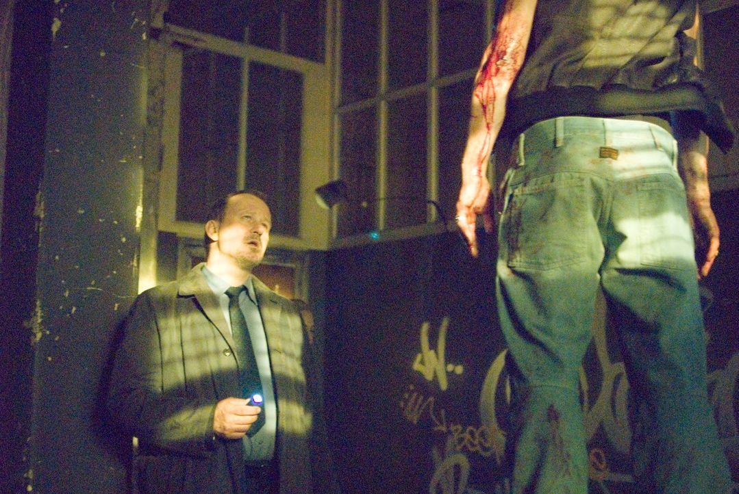 Ein grausames Bild: Selbst der erfahrene Detektiv Eddie (Stellan Skarsgard) ringt um Fassung ... - Bildquelle: Nick Wall Square One Entertainment GmbH & Co.KG