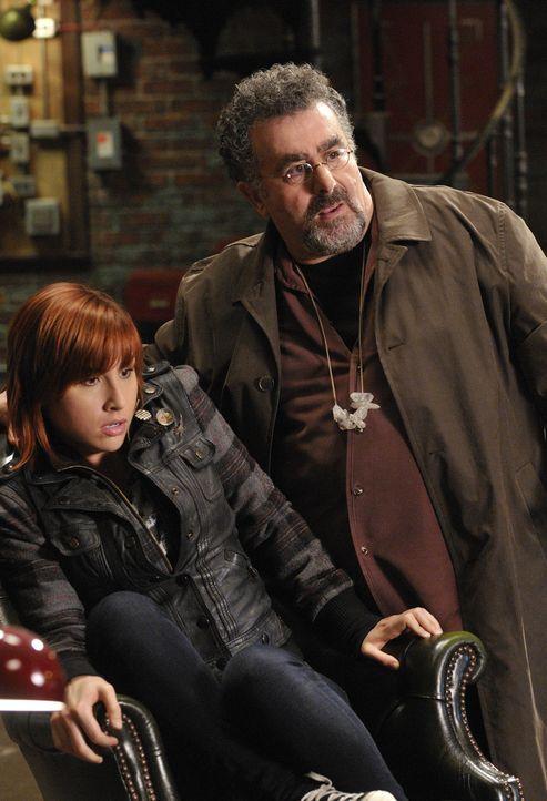(v.l.n.r.) Claudia Donovan (Allison Scagliotti); Artie Nielson (Saul Rubinek) - Bildquelle: Steve Wilkie/Syfy