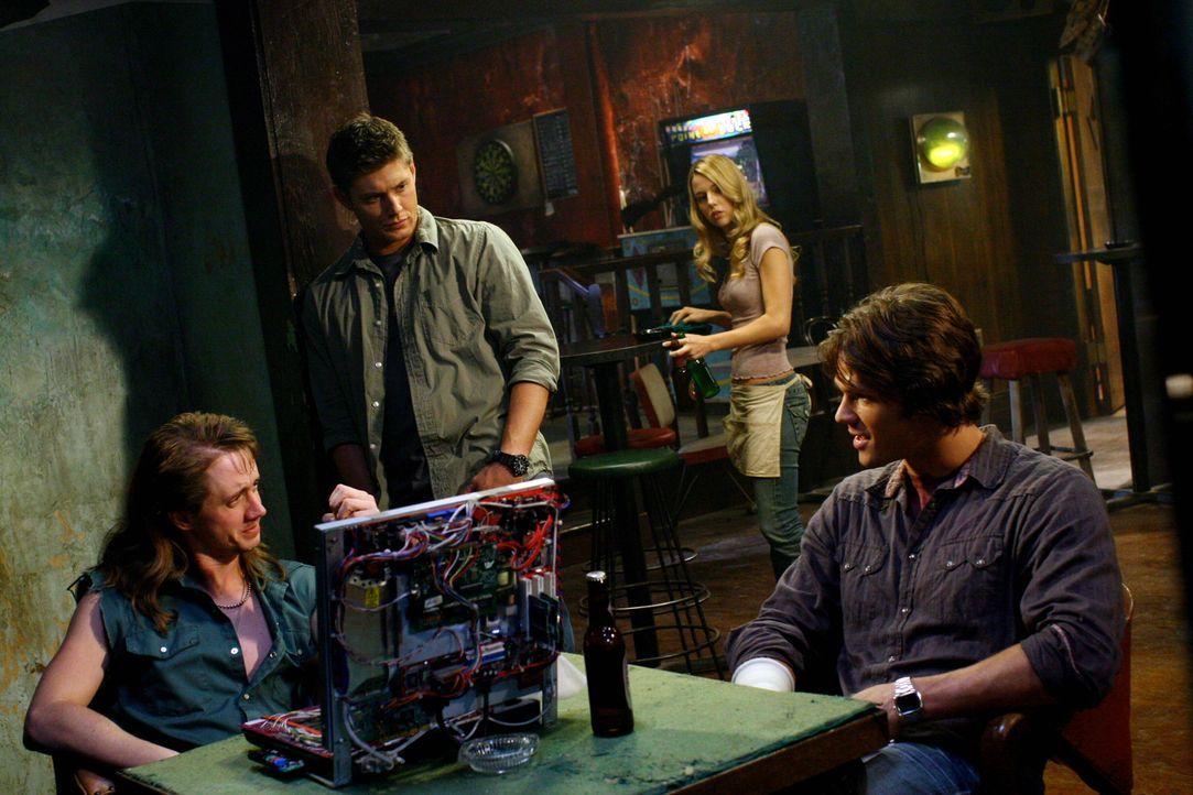 Sam (Jared Padalecki, r.) und Dean (Jensen Ackles, M.) suchen Ash (Chad Lindberg, l.) auf, damit er ihnen hilft, den Dämon zu finden. Jo (Alona Tal,... - Bildquelle: Warner Bros. Television