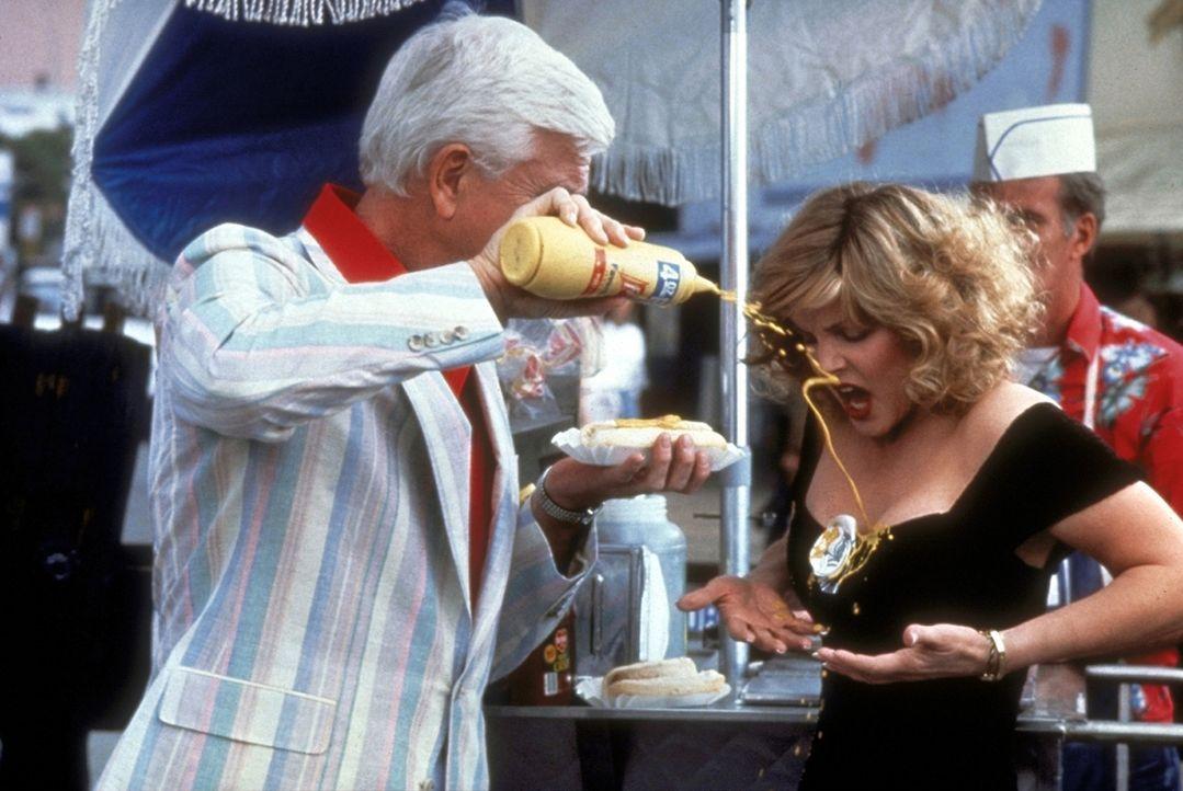 Polizeileutnant Frank Drebin (Leslie Nielsen, l.) schießt nicht nur mit Blei: Wer, wie Jane (Priscilla Presley, r.), mit dem tolpatschigen Frank ein... - Bildquelle: Paramount Pictures