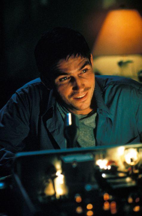 Als John (James Caviezel) bemerkt, wer sein Gesprächspartner ist, warnt er seinen verstorbenen Vater vor dem tödlichen Feuerwehr-Einsatz ... - Bildquelle: Warner Bros.