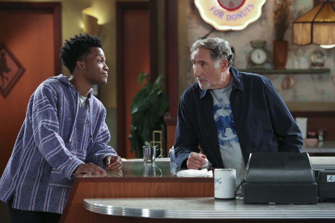 Die Art und Weise, wie sehr sich Franco (Jermaine Fowler, l.) für seinen Laden einsetzt, gefällt Arthur (Judd Hirsch, r.). Doch dann muss er erkenne... - Bildquelle: Michael Yarish 2016 CBS Broadcasting, Inc. All Rights Reserved. / Michael Yarish