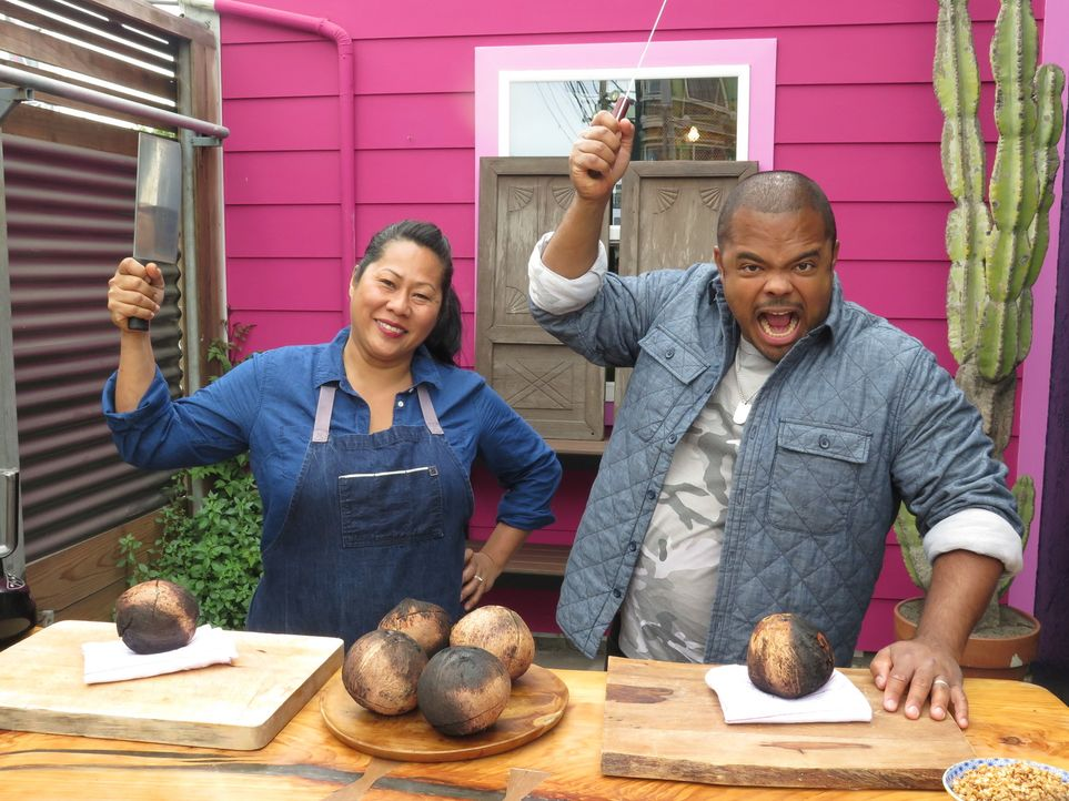 Sophina Uong (l.); Roger Mooking (r.) - Bildquelle: 2017, Television Food Network, G.P. All Rights Reserved.