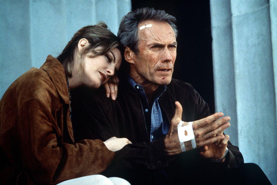 Die finsteren Schatten der Vergangenheit sind verweht: Frank (Clint Eastwood, r.) und seine geliebte Lilly (Rene Russo, l.) schauen in eine gemeinsa... - Bildquelle: Columbia Pictures