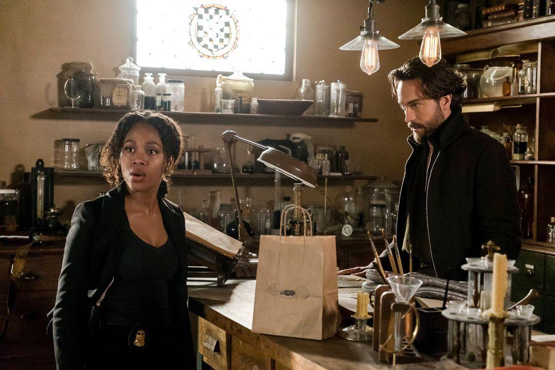Abbie (Nicole Beharie, l.) und Crane (Tom Mison, r.) werden gezwungen, Entscheidungen zu treffen, die schwere Folgen haben könnten ... - Bildquelle: 2015-2016 Fox and its related entities.  All rights reserved.