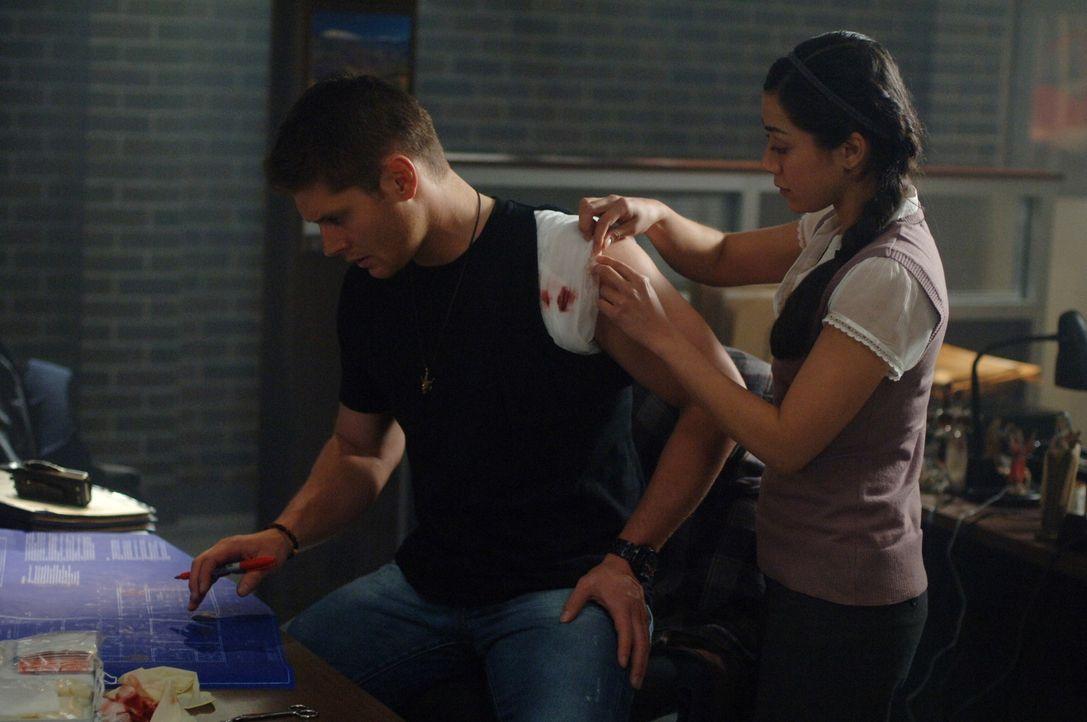 Dean (Jensen Ackles, l.) hat sich an der Schulter verletzt. Nancy (Aimee Garcia, r.) kümmert sich um ihn und die Wunde ... ... - Bildquelle: Warner Bros. Television