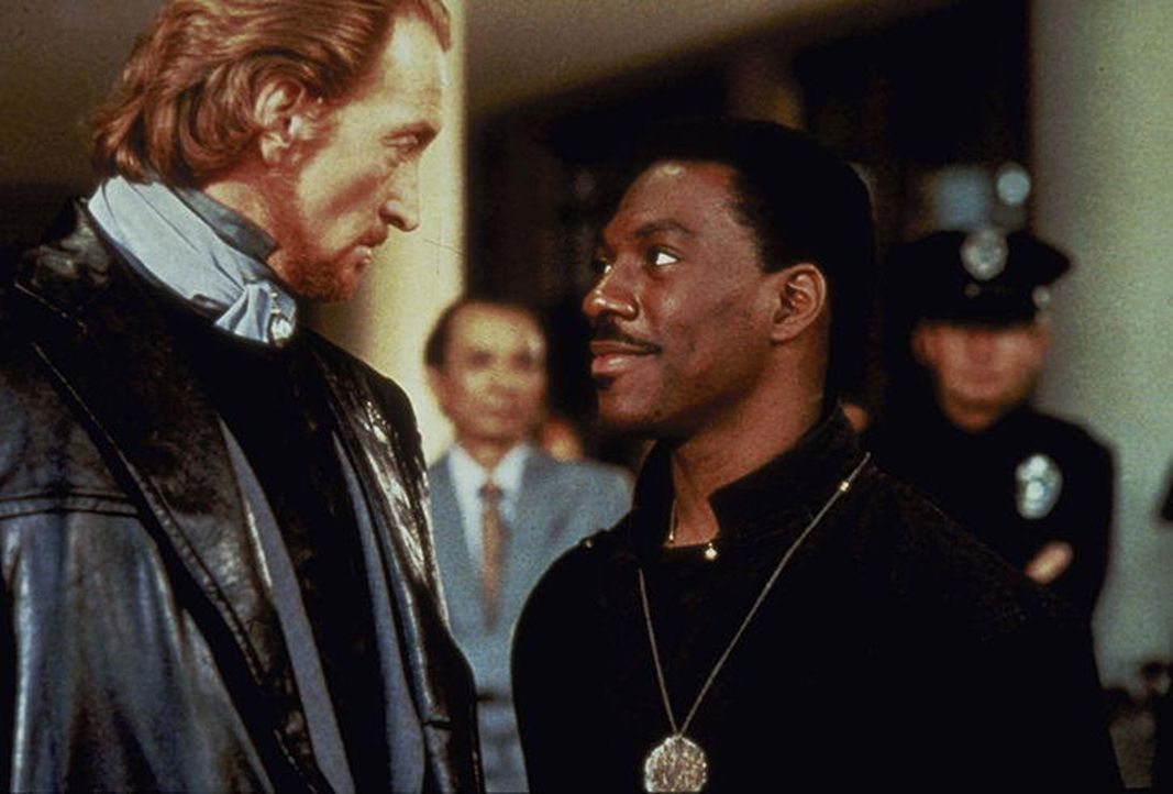 Sardo Numspa (Charles Dance, l.), der Abgesante des Bösen, glaubt mit dem witzelnden Sozialarbeiter Chandler Jarrell (Eddie Murphy, r.) ein leichtes... - Bildquelle: Paramount Pictures