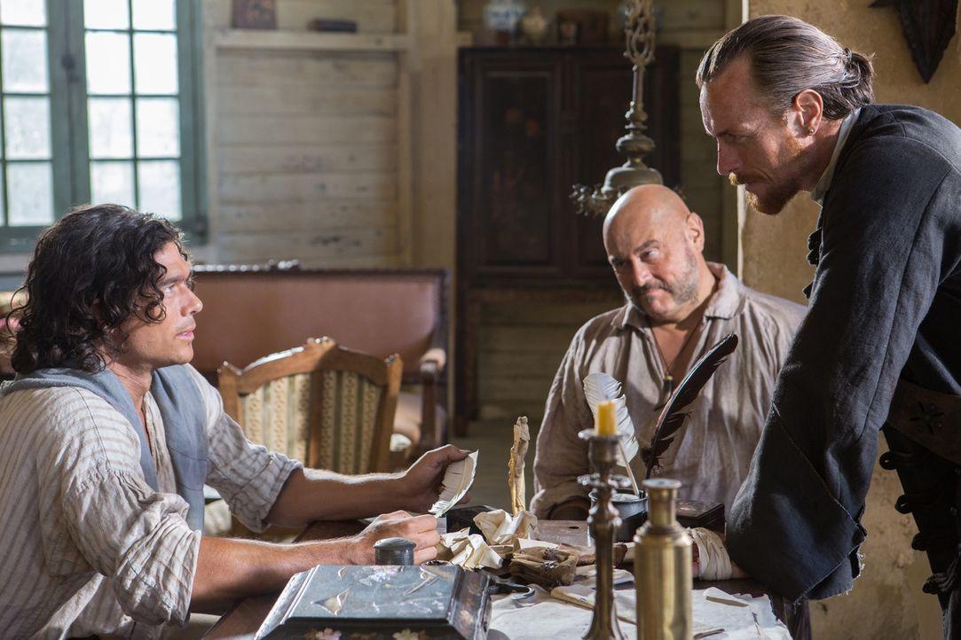 Um den berühmten Urca d'Lima-Schatz zu finden, müssen Captain Flint (Toby Stephens, r.) und Gates (Mark Ryan, M.) ausgerechnet mit dem störrischen S... - Bildquelle: 2013 Starz Entertainment LLC, All rights reserved