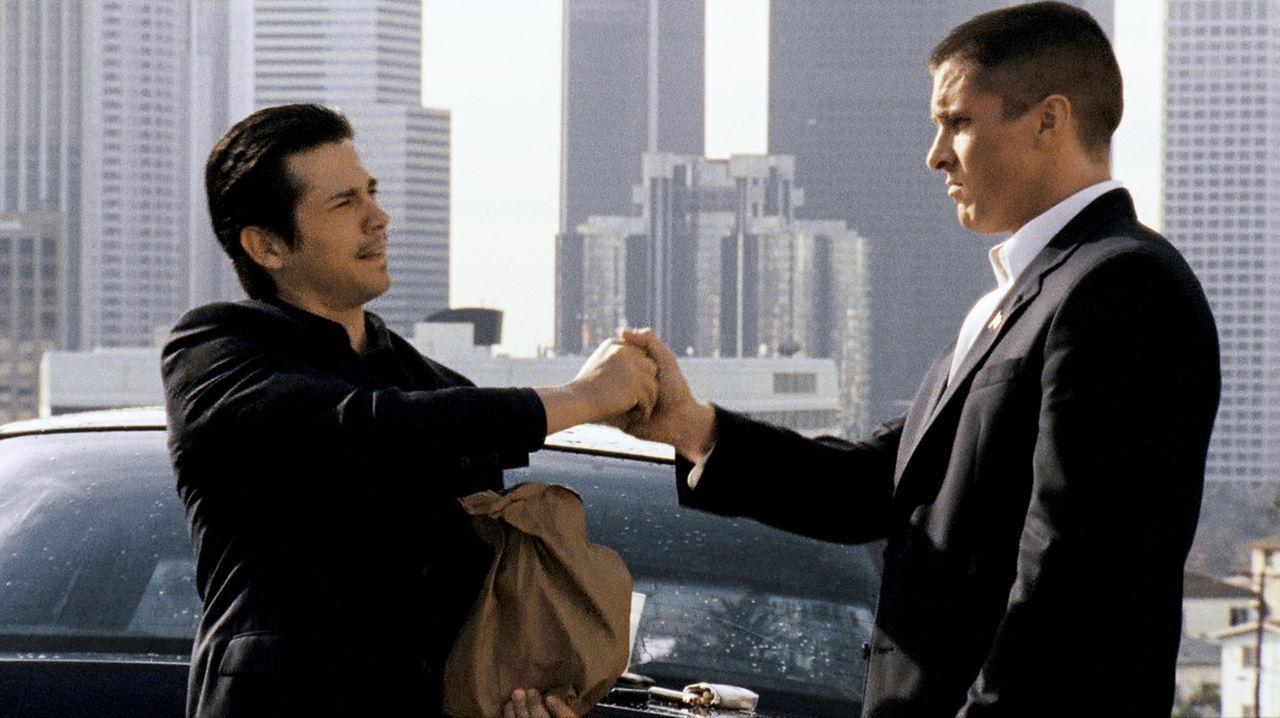 Der Ex-Soldat Jim Davis (Christian Bale, r.) würde gern für die Polizei von L.A. arbeiten, doch sein unkontrollierter Drogenkonsum macht ihm einen S... - Bildquelle: 2007 Splendid Medien AG