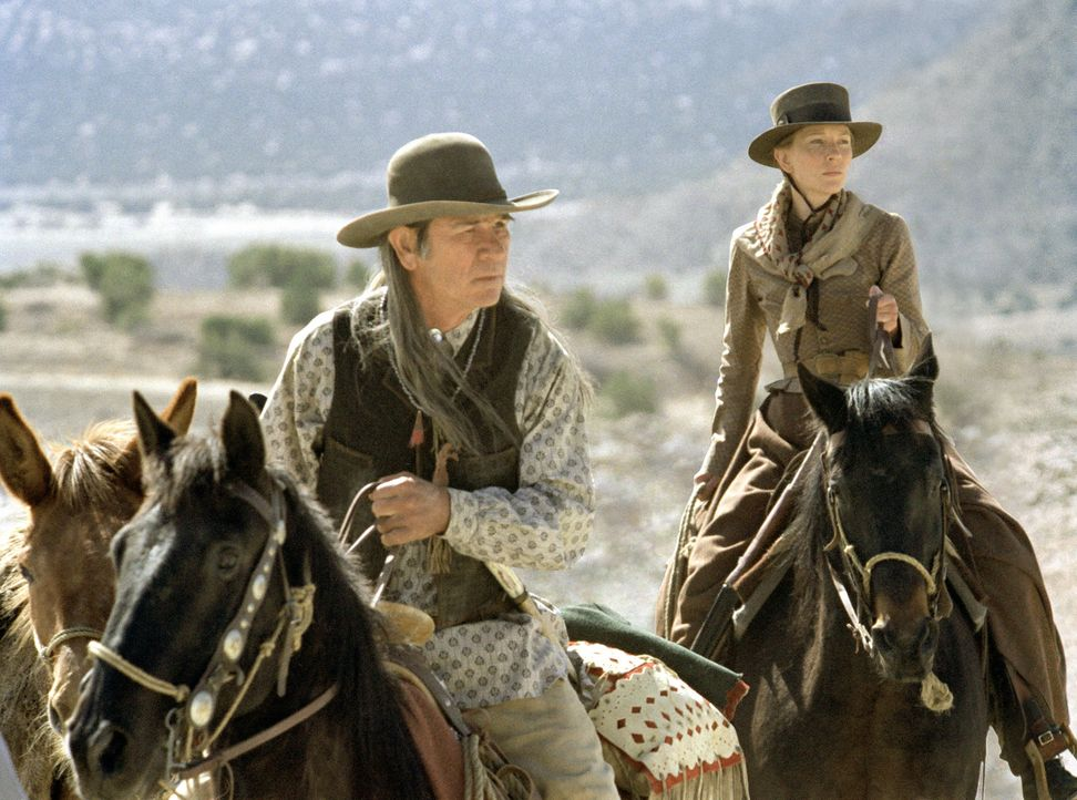 Als Tochter Lilly wird von dem Mädchenhändler Pesh-Chidin entführt wird, gibt es für Maggie (Cate Blanchett, r.) nur eine Möglichkeit, sie zu befrei... - Bildquelle: 2004 Sony Pictures Television International. All Rights Reserved.