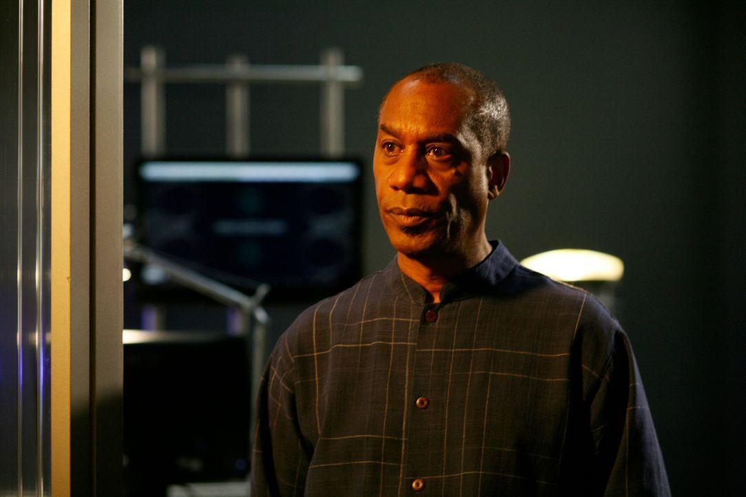 """Dr. Manlius hilft G.D., die Daten im Computer Kim herunterzuladen. Henry (Joe Morton) erfährt entsetzt, dass Kims Zellen verfallen und sie """"sterben""""... - Bildquelle: Universal Television"""