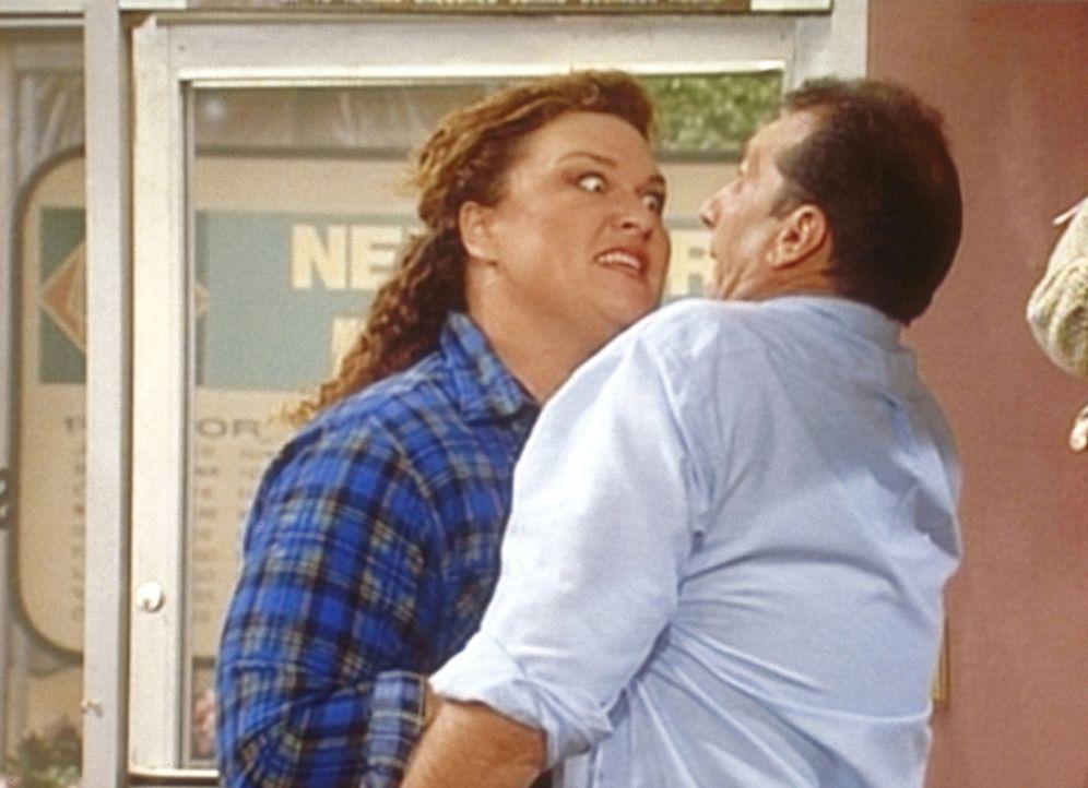 Eine Trainingspartnerin von Peggy zeigt Al (Ed O'Neill, r.), dass Frauen auch körperlich das stärkere Geschlecht sind. - Bildquelle: Sony Pictures Television International. All Rights Reserved.