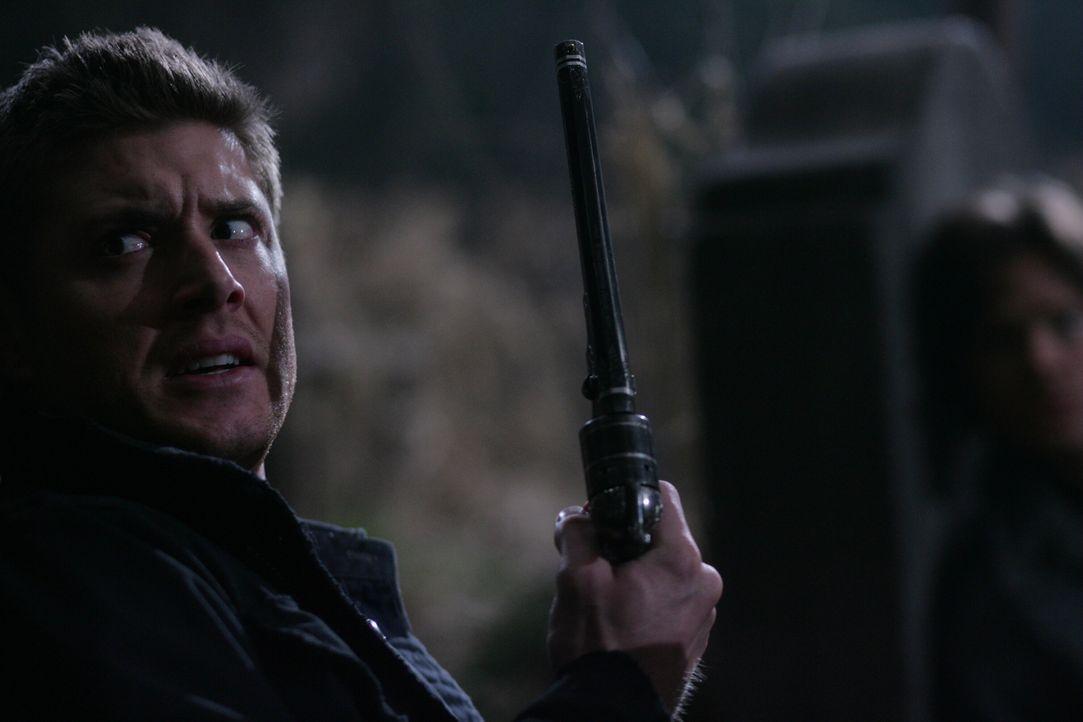 Die Jagd auf die bösen Dämonen geht weiter: Dean (Jensen Ackles, l.) und Sam (Jared Padalecki, r.) ... - Bildquelle: Warner Bros. Television