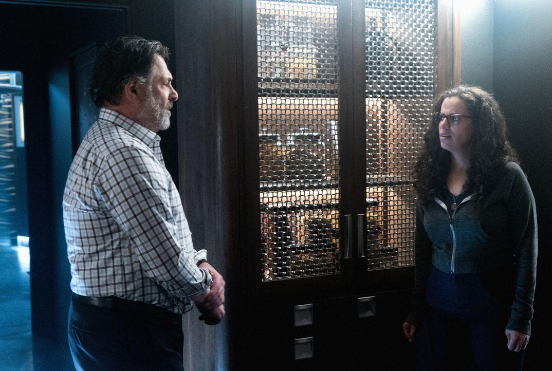 Abigail (Athena Karkanis, r.) und ihr Vater (Ken Olin, l.) hüten ein dunkles Geheimnis ... - Bildquelle: Shane Harvey 2017 CBS Broadcasting, Inc. All Rights Reserved