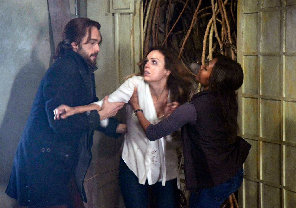 Als Ichabod (Tom Mison, l.) und Abbie (Nicole Beharie, r.) im Fall der vermissten Lena Gilbert (Erin Cahill, M.) ermitteln, führt sie die Spurensuch... - Bildquelle: 2013 Twentieth Century Fox Film Corporation. All rights reserved.