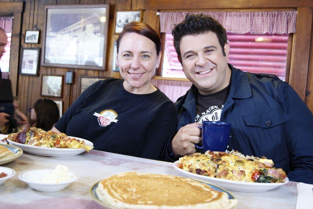 Bei seiner Suche nach dem besten Frühstück stattet Adam (r.) in Sacramento Joanna Lane (l.) und ihrer Mutter einen Besuch ab. Die beiden Inhaberinne... - Bildquelle: 2010, The Travel Channel, L.L.C.