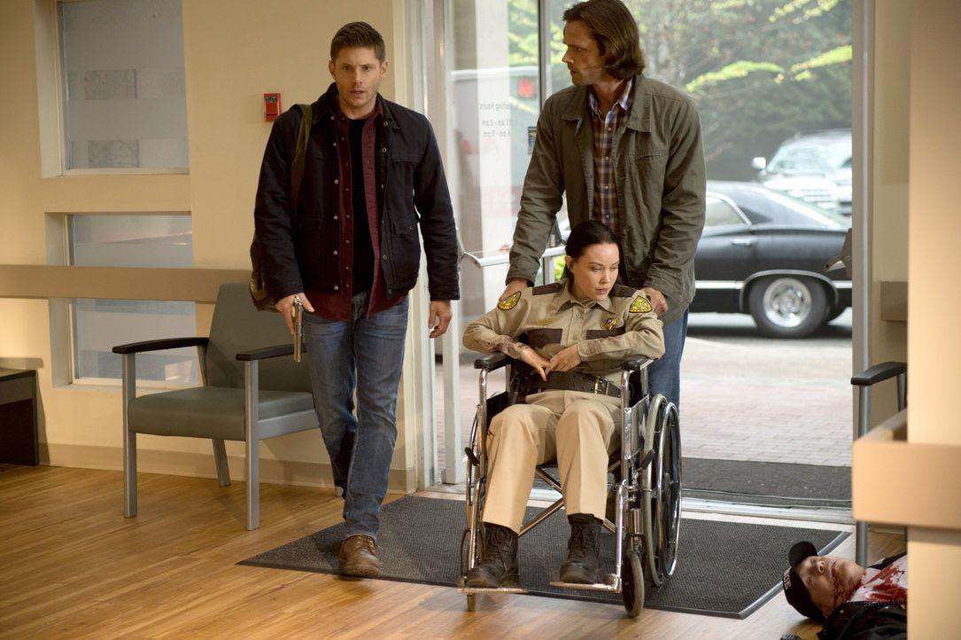 Dean (Jensen Ackles, l.) und Sam (Jared Padalecki, r.) treffen auf einer abgelegenen Straße auf den Schauplatz eines grausamen Unfalls. Doch Deputy... - Bildquelle: 2014 Warner Brothers