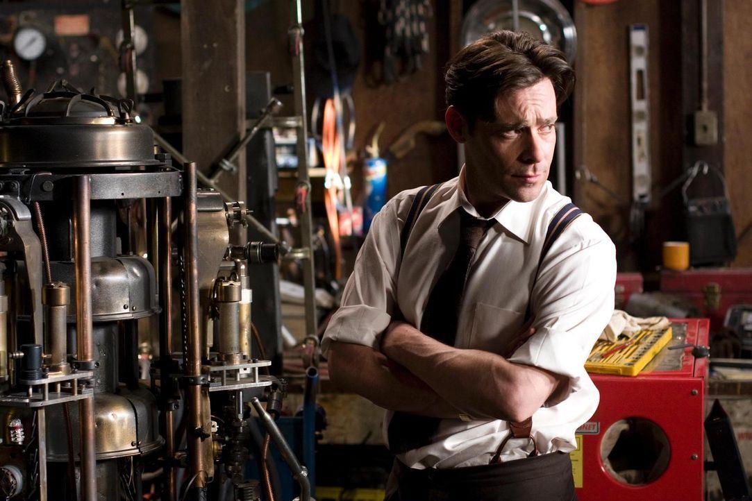 Gemeinsam mit Henry versucht Dr. Grant (James Callis), das Brückengerät wieder in Gang zu bringen. Doch wird es ihnen gelingen? - Bildquelle: Universal Television