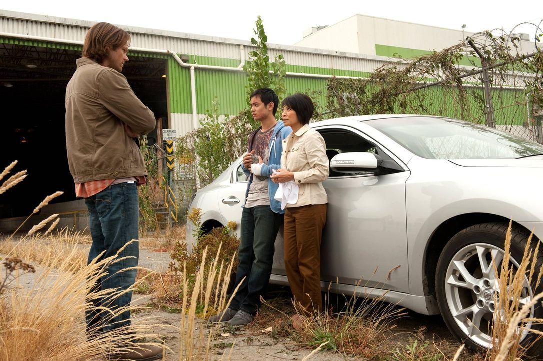 Können Sam (Jared Padalecki, l.) und Dean den Propheten Kevin (Osric Chau, M.) und dessen Mutter Linda (Lauren Tom, r.) wirklich beschützen, obwohl... - Bildquelle: Warner Bros. Television
