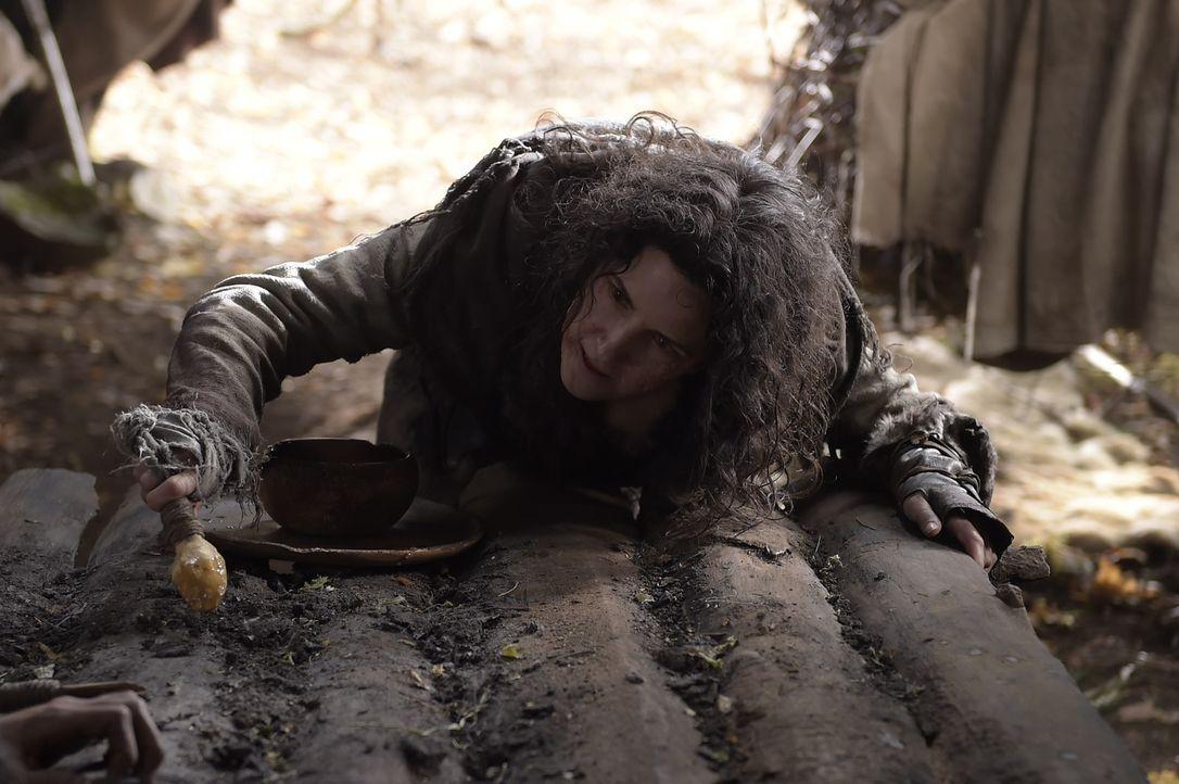 Ohne es zu ahnen, gibt Carol (Helen Johns) Kyle wichtige Informationen über die im Wald lebenden Menschen ... - Bildquelle: Philippe Bosse 2014 Syfy Media, LLC