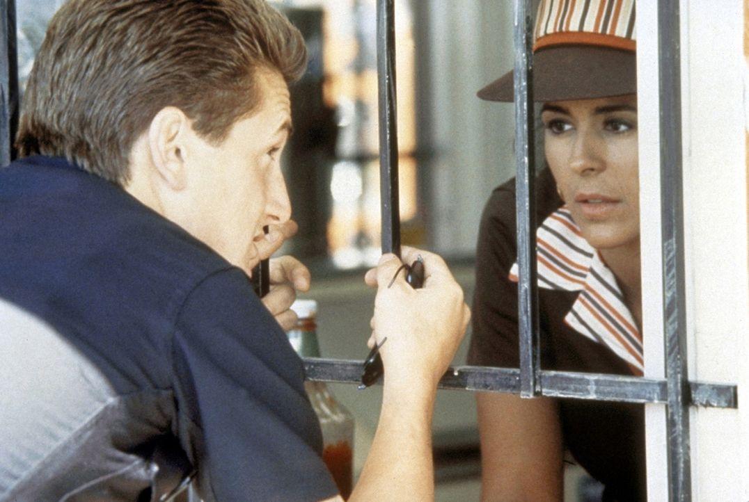 Louisa Gomez (Maria Conchita Alonso, r.) ist zwar in den Polizisten Danny McGavin (Sean Penn, l.) verliebt. Aber auch er ist für sie nur ein Gangst... - Bildquelle: Orion Pictures Corporation