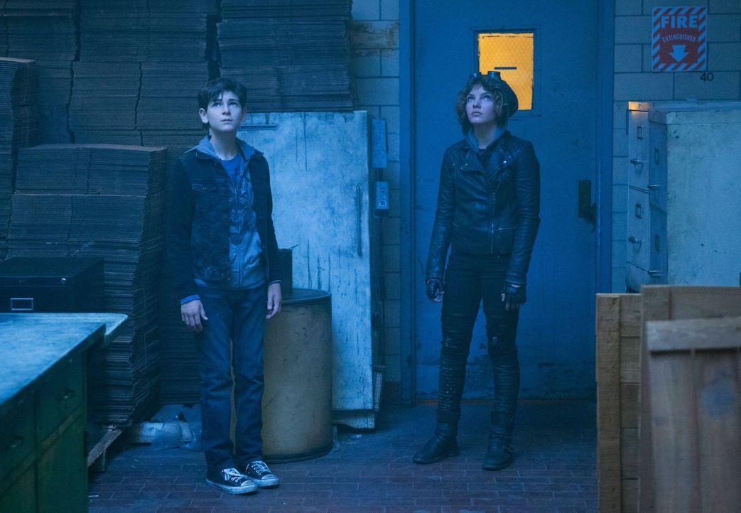 Werden von Auftragskillern verfolgt, was sie dazu bringt, sich im Gothamer Untergrund zu verstecken: Selina (Camren Bicondova, r.) und Bruce (David... - Bildquelle: Warner Bros. Entertainment, Inc.